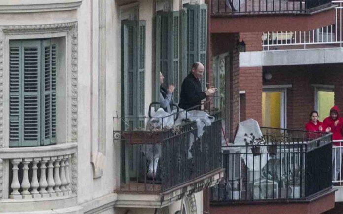 Últimos aplausos de homenaje a los sanitarios en los balcones de toda España