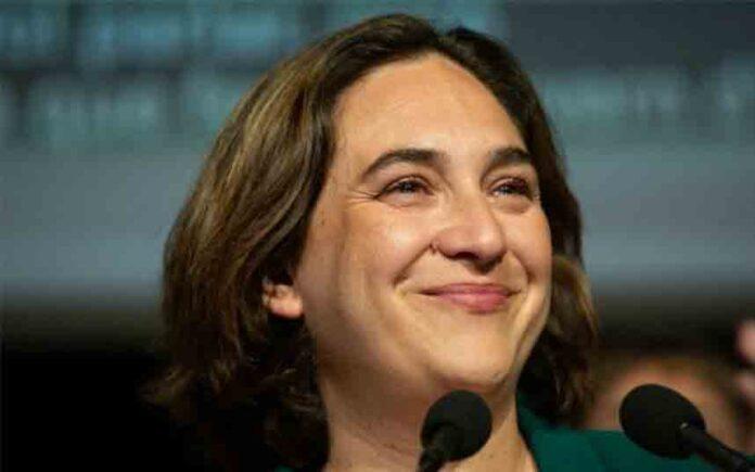 Ada Colau pide revertir la investidura de Albiol con una moción de censura