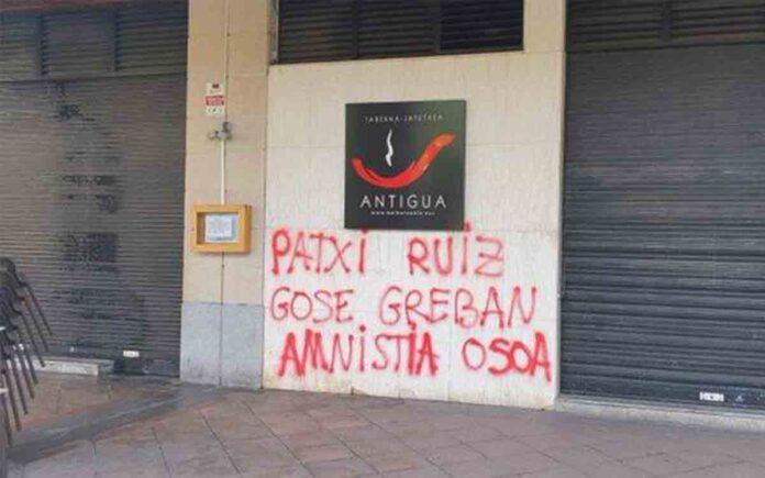 Pintadas de apoyo a Patxi Ruiz en el batzoki donostiarra del Antiguo