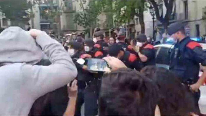 Tensión entre policía y manifestantes en Barcelona por concentraciones anticapitalistas