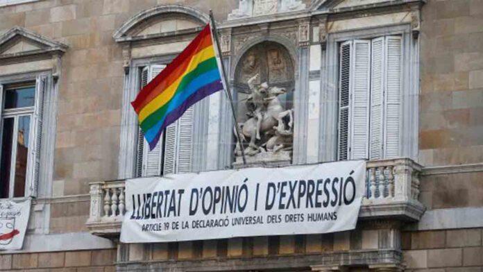 La Generalitat de Catalunya coloca la bandera LGTBI en el balcón