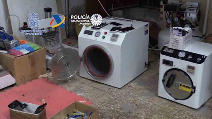 La policía desmantela tres talleres clandestinos chinos de reparación de móviles