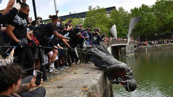 Los manifestantes de Black Lives Matter arrojan la estatua del comerciante de esclavos al puerto de Bristol