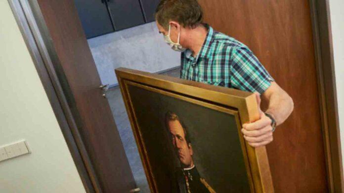 Retiran el retrato de Juan Carlos del Parlamento navarro con los votos de los socialistas