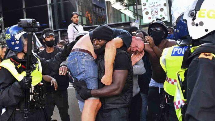 Un hombre negro salva a un racista en las protestas de Londres evitando que lo maten