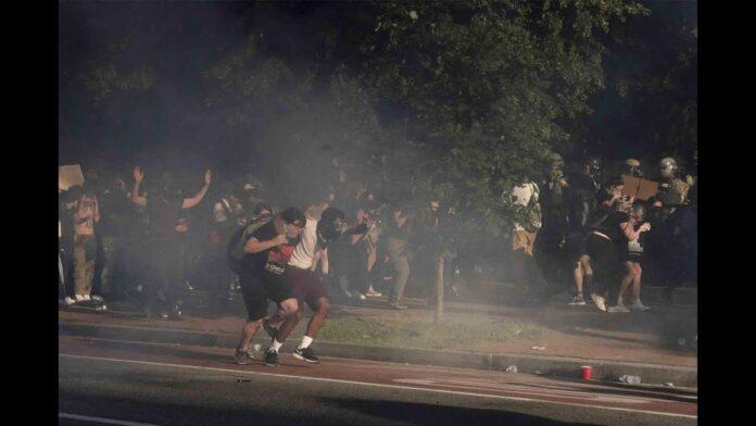 Grupos de derechos civiles demandan a Trump y Barr por el uso de gases lacrimógenos