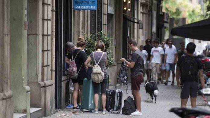 El Ayuntamiento de Barcelona retira la licencia a 597 pisos turísticos por incumplir la normativa