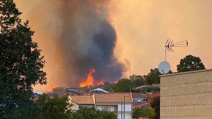 El gobierno envía 2 brigadas y 7 aviones al incendio declarado en Monterrei (Ourense)