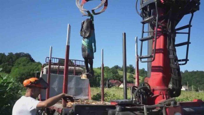 La estatua de Melania Trump chamuscada en su ciudad natal de Eslovenia