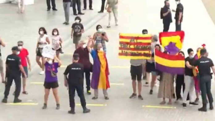 Un grupo de manifestantes protesta contra Felipe VI en València