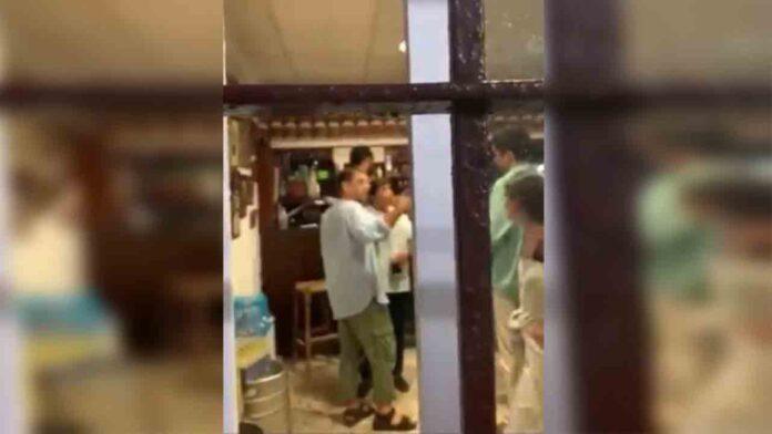 Varios ultras acosan e insultan a Monedero en un bar: