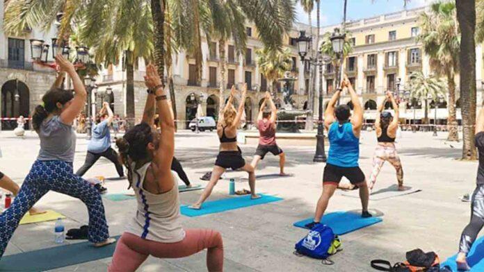 Yoga al aire libre en la Plaza Real de Barcelona