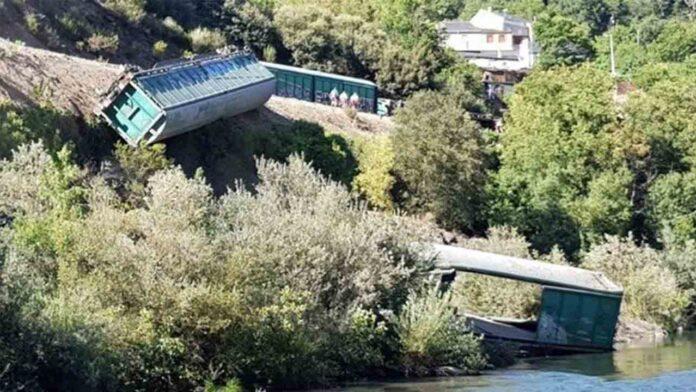 Investigan a Adif por el lanzamiento de dos vagones de tren a un río en Galicia