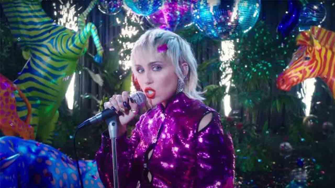 """Vuelve Miley Cyrus con """"Midnight Sky"""" que nos transporta a los 80"""