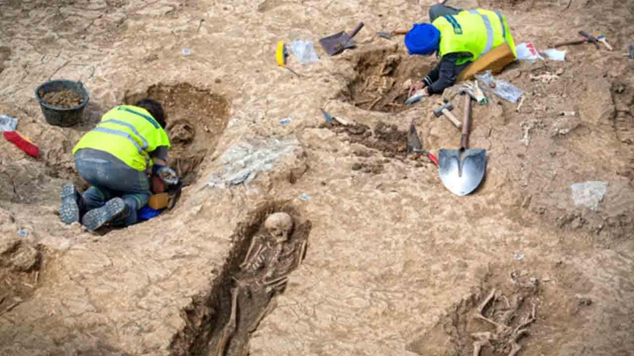 Unas obras en La Rioja sacan a la luz una necrópolis medieval con 90 tumbas