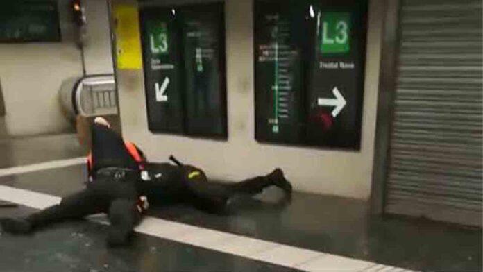 Dos vigilantes del metro se pelean en un vestíbulo