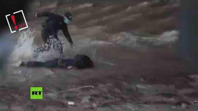 Un policía chileno tira a un niño de 16 años por un puente durante las protestas