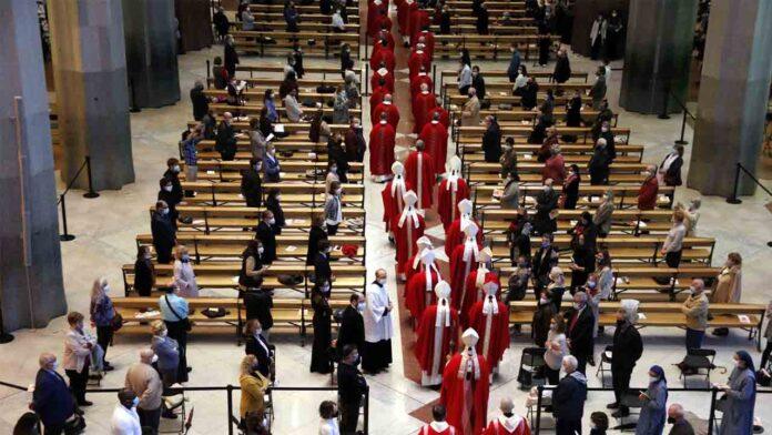 Una misa en la Sagrada Familia de Barcelona congrega a más de medio millar de asistentes