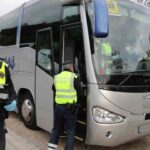 Inspección de la Guàrdia Urbana de Barcelona a los vehículos de transporte escolar