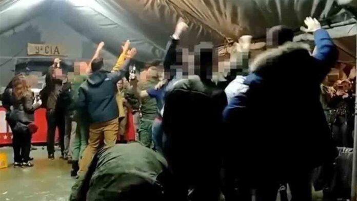 Soldados españoles hacen el saludo nazi cantando una canción sobre la División Azul