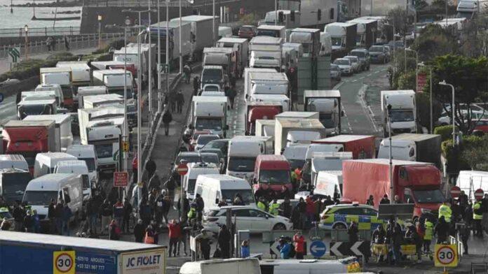 Un Cónsul viaja al Canal de la Mancha para asistir a los transportistas bloqueados