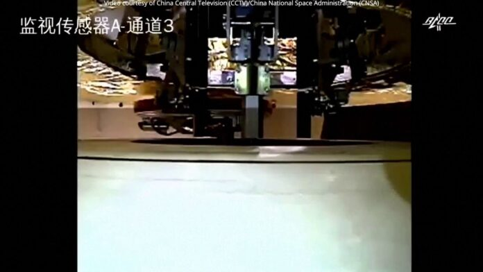 La sonda lunar china Chang'e-5 entrega muestras a una nave espacial en órbita