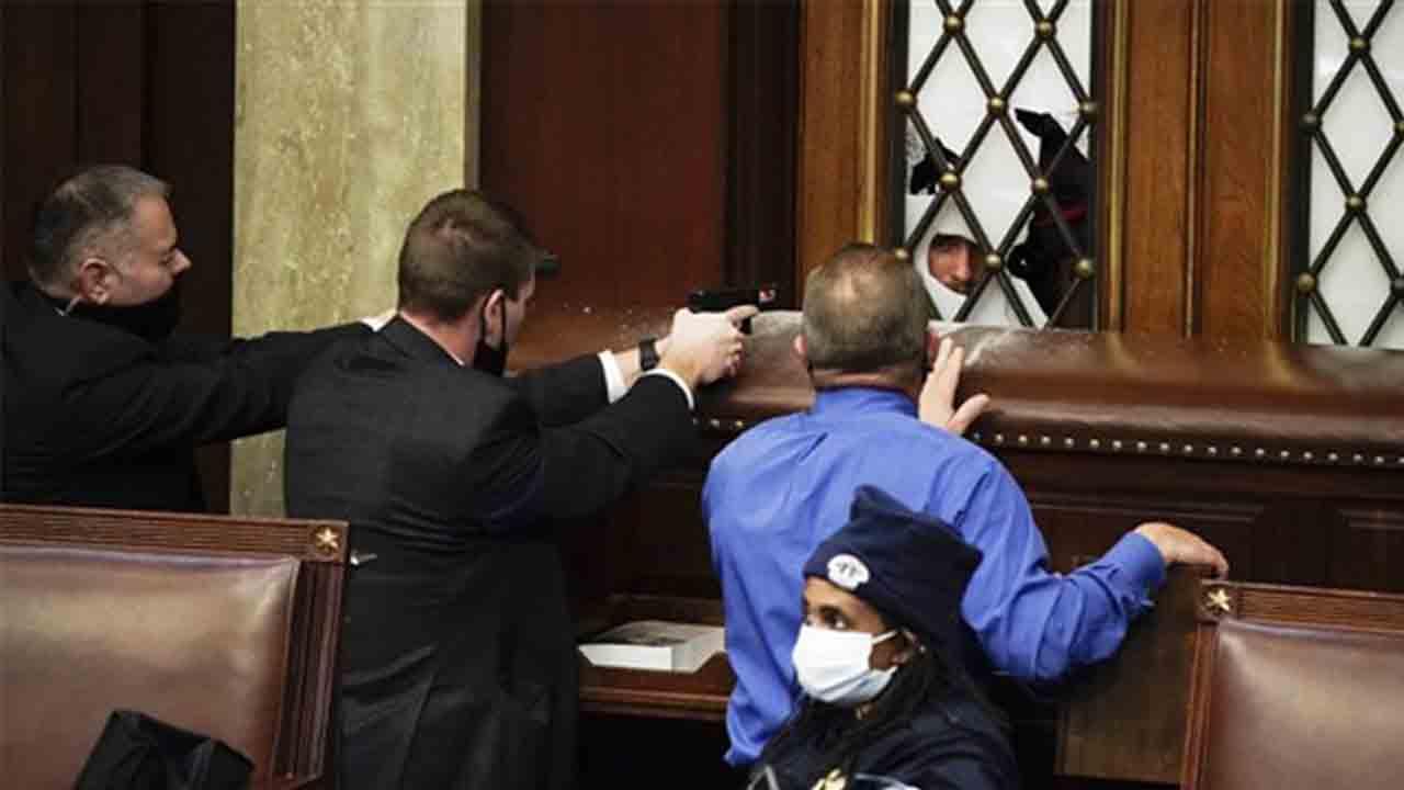 Cuatro muertos tras el tiroteo de la policía en el Capitolio de EE.UU.