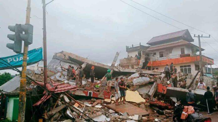 Fuerte terremoto en Indonesia con al menos 35 muertos