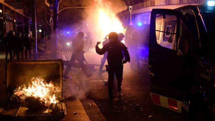Los Mossos cargan en una protesta en apoyo a Hasel en Barcelona