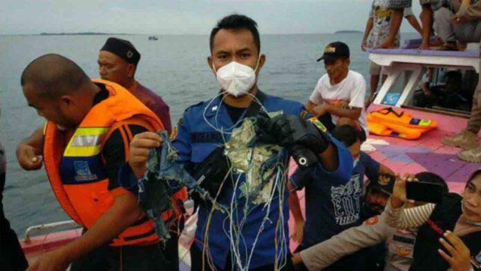 Los buzos intentan recuperar las cajas negras del accidente de Indonesia