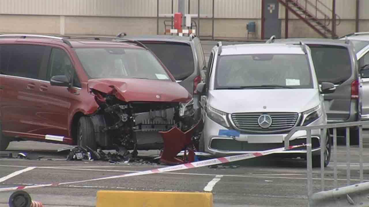 Un ex trabajador de Mercedes destroza 69 furgonetas de lujo con una excavadora robada