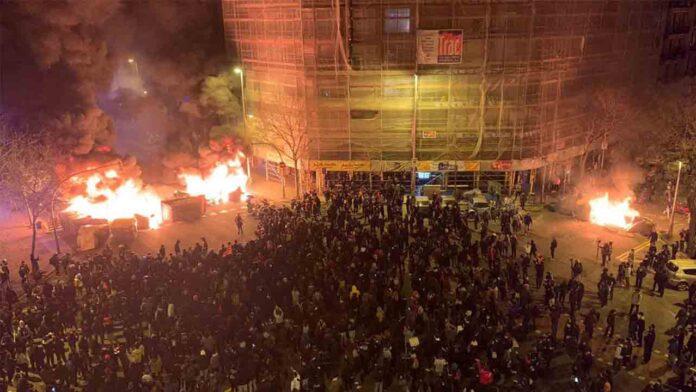 Arde Barcelona en la tercera noche de protestas por el encarcelamiento de Hasel