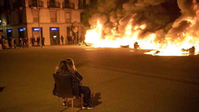 Barricadas y quema de contenedores en Barcelona en apoyo a Hasel