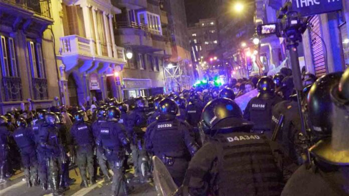 Emboscada y carga de los Mossos a los manifestantes en Barcelona