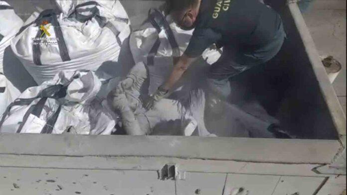 Encuentran en Melilla varios migrantes dentro de cenizas tóxicas y vidrios rotos