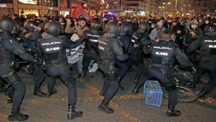 La policía carga contra los manifestantes en València por la liberación de Hasel