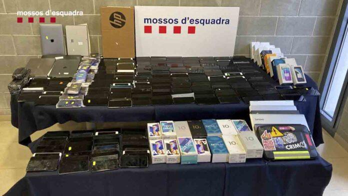 Los Mossos recuperan 439 teléfonos móviles robados en Barcelona y escondidos en el interior de un camión