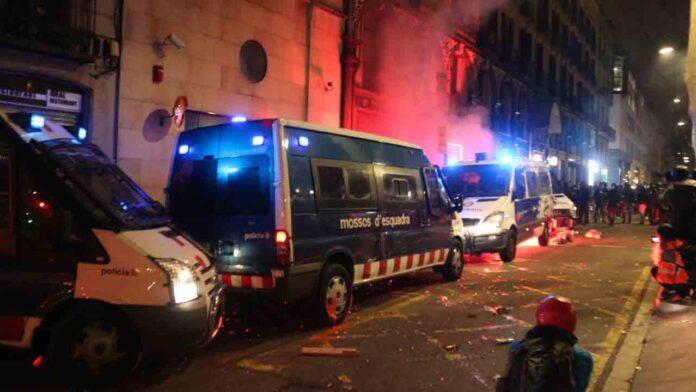 Prenden fuego a una furgoneta de la Guàrdia Urbana con un agente dentro