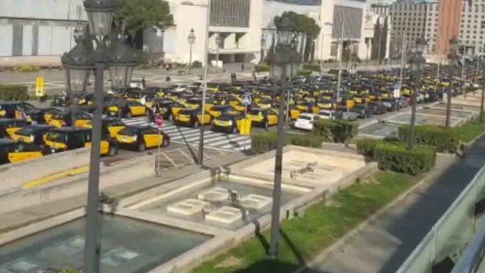 4.500 taxis colapsan el centro de Barcelona en protesta contra Uber