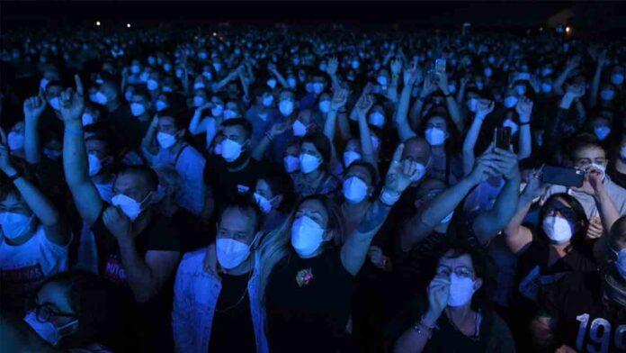 5.000 personas asisten al concierto de Love of Lesbian en Barcelona