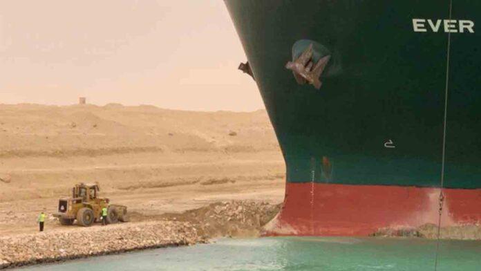 Bloqueado el Canal de Suez al quedar encallado un enorme buque de contenedores