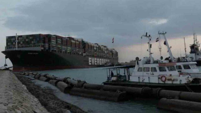 Consiguen reflotar el buque de Evergreen en el Canal de Suez después de 6 días