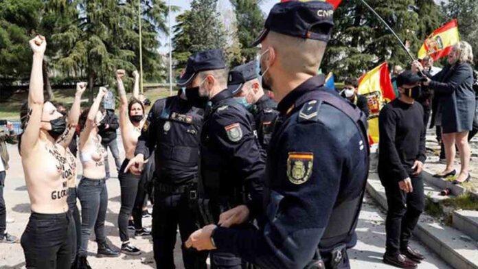 La policía identifica a activistas de Femen mientras protege a los falangistas