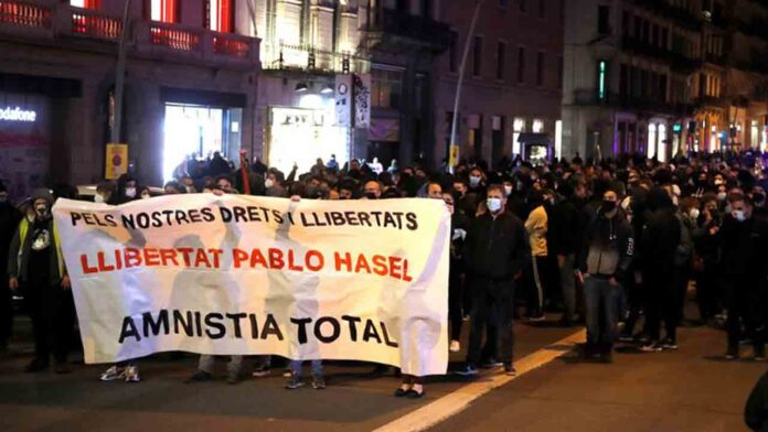 La policía impide el ataque de dos nazis en la protesta pro Hasel en Lleida