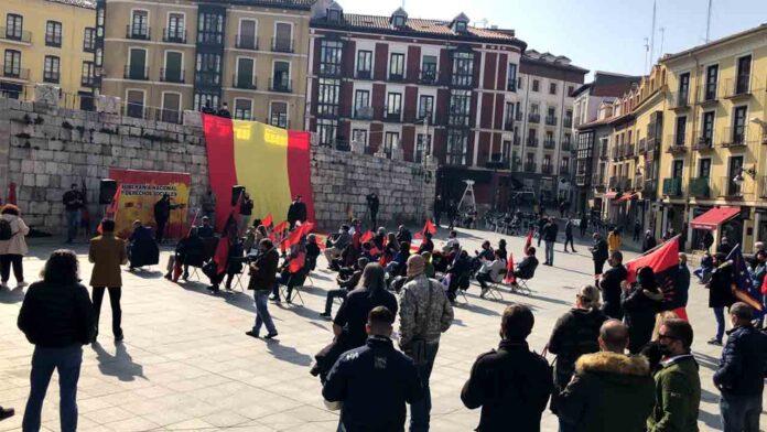 Un grupo de la Falange se manifiesta en Valladolid cantando el 'cara al sol'