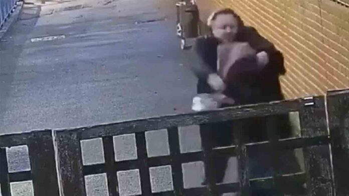Un hombre golpea repetidamente en el estómago a una mujer embarazada