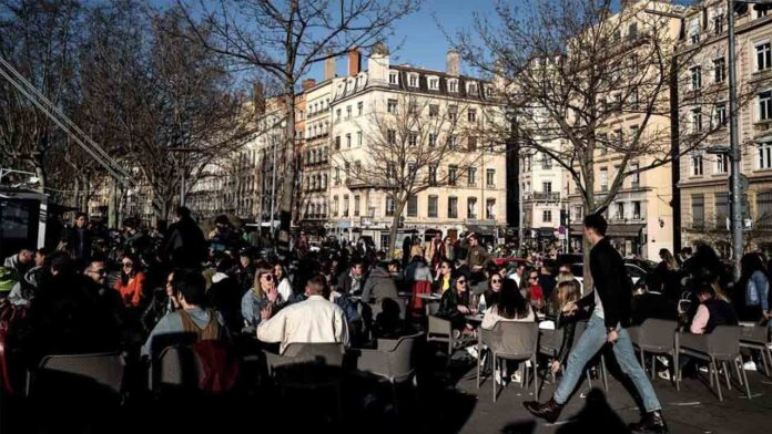Francia impone un nuevo confinamiento y cierra escuelas