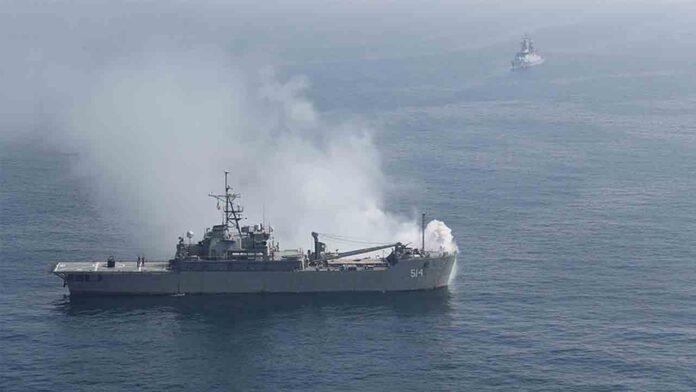 La marina de EE.UU. dispara tiros de advertencia contra buques iraníes