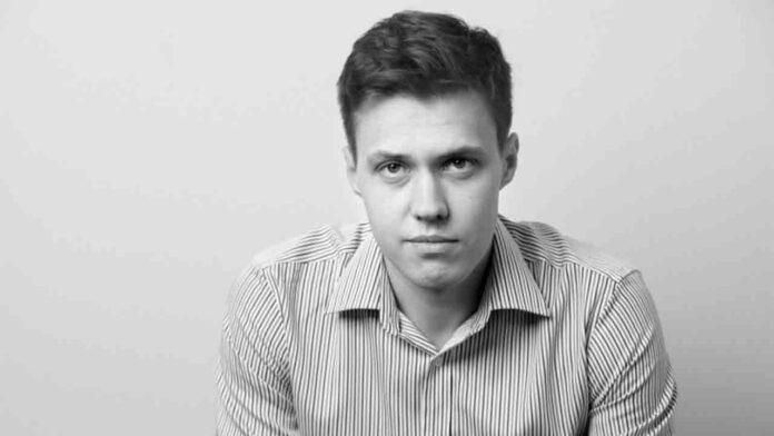 La policía rusa registra la casa del destacado periodista Roman Anin