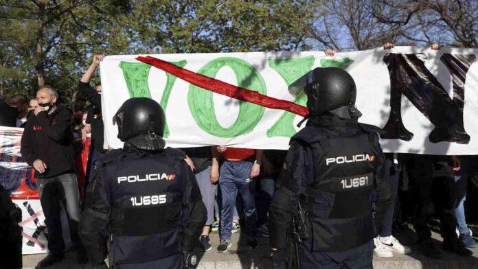 Un antidisturbios lanza una piedra a los antifascistas de Vallecas